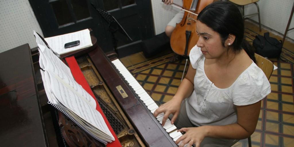 Clase de piano en el Instituto de Música-web