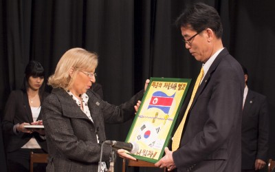 El Comité de Asesoramiento para la Unificación Coreana entrega un cuadro alusivo a la rectora Alicia Bardón