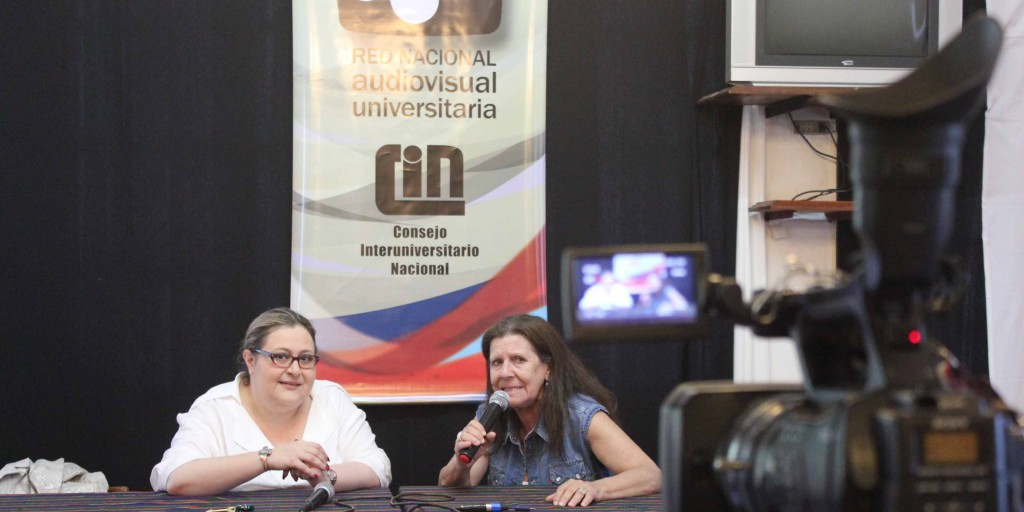 Claudia Ducatenzeiler junto a la ex asesora legal del AFSCA, Graciana Peñaflor, durante una de las charlas en el Hotel Vaquerías de la Universidad Nacional de Córdoba.