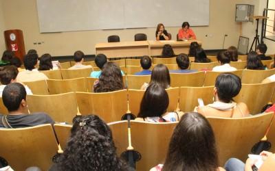 Estudiantes en anfiteatro de Filosofía-web