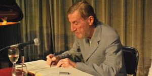 Kirschbaum firmó el Libro de Oro de la UNT.