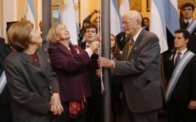 Ricardo Somaini izando la bandera para web