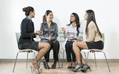 16771789-grupo-de-mujeres-de-negocios-indios-que-tienen-una-conversacion