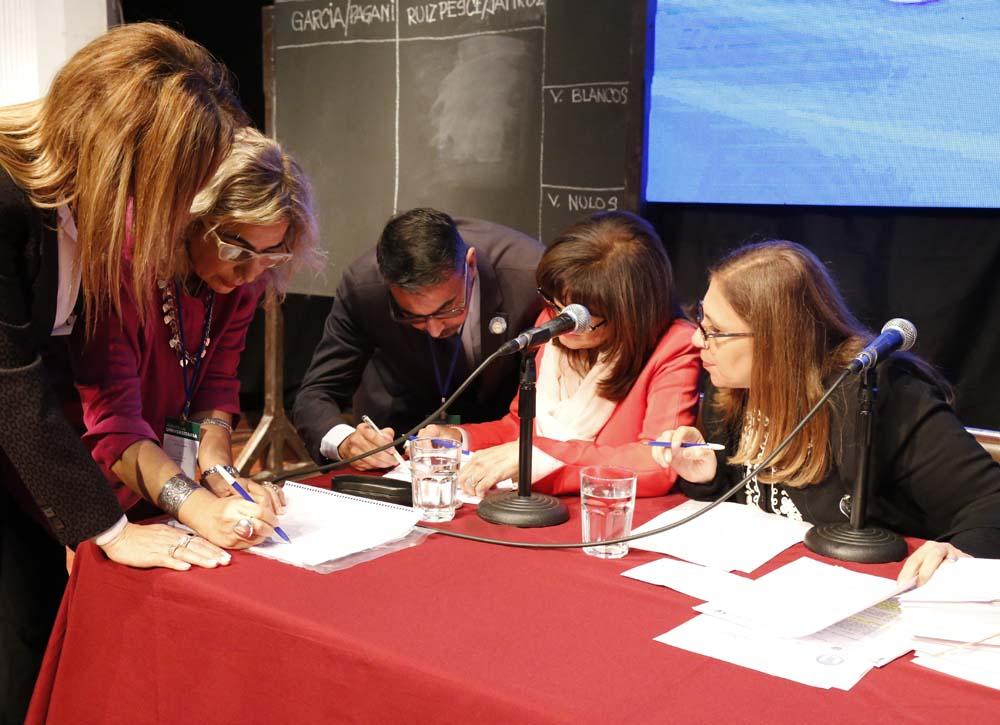 Presidenta y secretarios de la Asamblea Foto Luis Ferrando