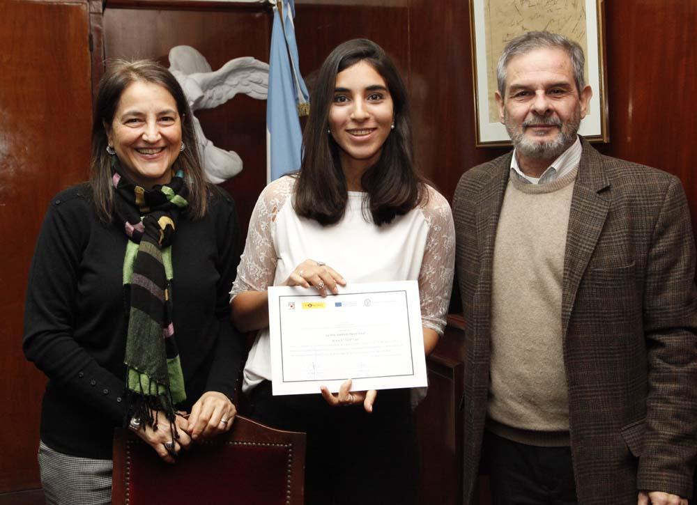 Vicerrector y Secretaria Académica entregando diplomas foto Luis Ferrando